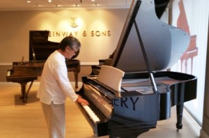 World-renowned musician Aidan Mason tickles the ivories