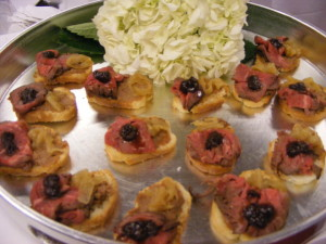 Peppercorn Beef Tenderloin Crostini with caramelized onionCF2335